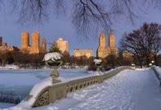 Winter-Dämmerung im Central Park und in Upper West Side, NYC Stockfotos