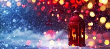 Winter-Dekoration mit ein Kerzenständer-nahen und farbigen den Lichtern stockbild