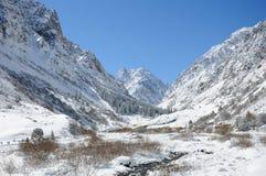 Winter in den Bergen mit blauem Himmel und Wolken Stockfoto
