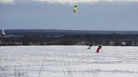Winter, der auf dem Feld snowkiting ist stock video footage