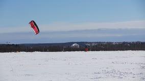 Winter, der auf dem Feld snowkiting ist stock footage