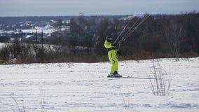Winter, der auf dem Feld snowkiting ist stock video
