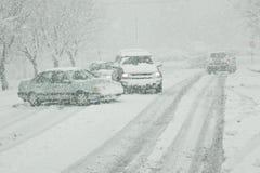 Winter, der auf eisige Straßen antreibt Stockfotos