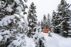 Winter, der auf Schnee kampiert Stockfotografie