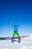 Winter, der in den Bergen auf Schneeschuhen mit einem Rucksack und einem Zelt wandert Stockbild