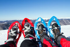 Winter, der in den Bergen auf Schneeschuhen mit einem Rucksack und einem Zelt wandert Lizenzfreie Stockfotografie