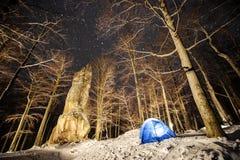 Winter, der in den Bergen kampiert Nacht Photography Lizenzfreies Stockfoto
