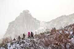 Winter, der in den Bergen wandert Lizenzfreies Stockfoto