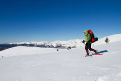 Winter, der in den Bergen wandert Lizenzfreie Stockfotos