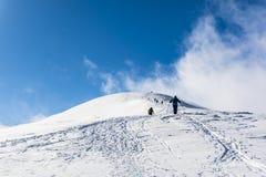 Winter, der in den Bergen wandert Lizenzfreie Stockbilder