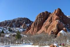 Winter, der im roter Sandstein-Tal wandert Lizenzfreie Stockfotos