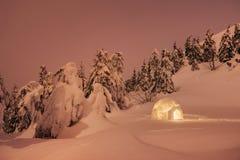 Winter, der mit einem Iglu in den Bergen kampiert lizenzfreies stockfoto