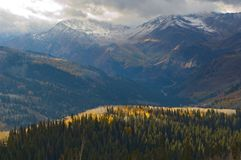 Winter, der zu den Utah-Bergen kommt lizenzfreie stockfotos