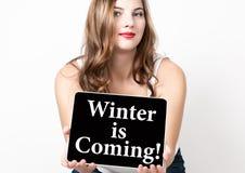 Winter die schrijft op het virtuele scherm de komen Technologie, Internet en voorzien van een netwerkconcept mooie vrouw met naak Stock Foto