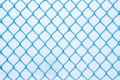 Winter, ein Gitter des Zauns, umfasst mit Reif, ein eisiger Winter lizenzfreie abbildung