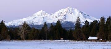 Gehöft-Ranch an der Basis von drei Schwester-Bergen Oregon stockfotos