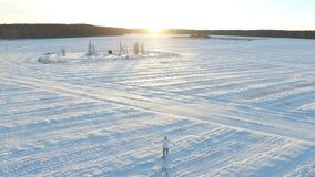 Winter field gesamtlänge Einsamer Mann auf dem Gebiet im Winter Malerischer Wintermorgen Mann auf dem Gebiet Stockfotografie