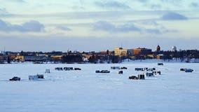 Winter-Fischen-Häuser und Autos und Kleintransporter auf gefrorenem See Bemidji stock footage