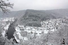 Winter-Fluss-Landschaft umfasst durch Schnee, Tschechische Republik, Europa Stockfotografie