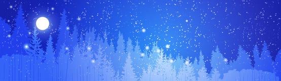 Winter Forest Landscape Over Night Sky voll der Anfangshorizontalen Fahne Stockfotos