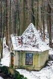 Winter Forrest Creek mit altem Wasser-Haus Stockfoto