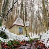 Winter Forrest Creek mit altem Wasser-Haus Stockbild
