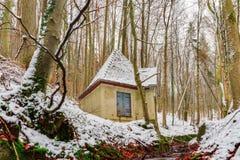 Winter Forrest Creek mit altem Wasser-Haus Stockfotografie
