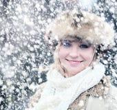 Winter-Frau draußen Modeporträt des hübschen Mädchens Lizenzfreies Stockfoto