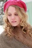 Winter-Frauen-Porträt, das unten schaut Lizenzfreies Stockbild