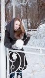 Junge Frau, die mit einem weißen Ball des Garns spielt Lizenzfreie Stockbilder