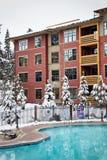 Winter-Gebäude mit Pool Stockfotos