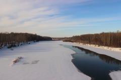 Winter gefrorener Fluss Stockfoto