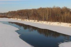 Winter gefrorener Fluss Lizenzfreie Stockbilder