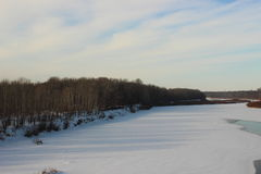 Winter gefrorener Fluss Lizenzfreie Stockfotos