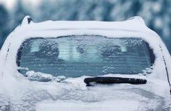 Winter gefrorenes hinteres Autofenster, einfrierendes Eisglas der Beschaffenheit Stockfoto