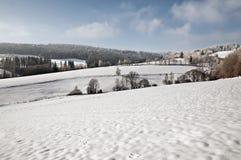 Winter-Grüße von der schneebedeckten Landschaft Lizenzfreies Stockfoto