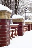 Winter.Handrail da ponte do parque. foto de stock royalty free