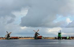 Winter-hemel over DE Zaanse Schans in Holland Stock Afbeelding