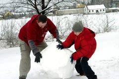 Winter - Herstellung des Schneemanns Stockfoto