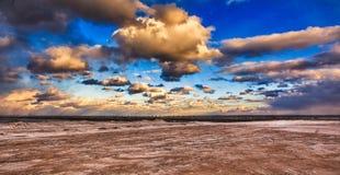 Winter-Himmel über einem gefrorenen Strand Lizenzfreies Stockfoto