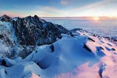 Winter hohes Tatras-Gebirgszugpanorama mit vielen Spitzen und klaren Himmel Sonniger Tag auf schneebedeckte Berge stockbild