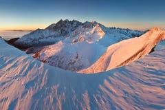 Winter hohes Tatras-Gebirgszugpanorama mit vielen Spitzen und klaren Himmel von Belian Tatras Sonniger Tag auf schneebedeckte Ber stockbild
