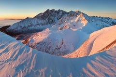Winter hohes Tatras-Gebirgszugpanorama mit vielen Spitzen und klaren Himmel von Belian Tatras Sonniger Tag auf schneebedeckte Ber lizenzfreie stockfotografie