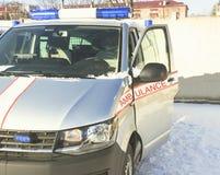 Winter ist ein sonniger Tag Ein Krankenwagen verlässt für die Stadt Blinklicht ist eingeschaltet Lizenzfreies Stockbild