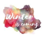 Winter ist kommende Handbeschriftungsphrase auf nachgemachtem Spritzen des Aquarells Farbmit Schneeflocken lizenzfreie abbildung