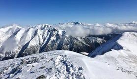 Winter in Italien, in den Bergen und im Schnee lizenzfreie stockbilder