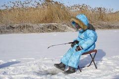 Winter jungen Fischer fischend Stockfotografie