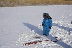 Winter jungen Fischer fischend Stockbild