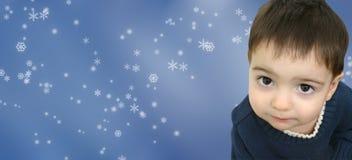 Winter-Jungen-Kind auf Schneeflocke-Hintergrund Stockbild