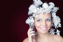 Winter-Königin mit weißer magischer Frisur unter Verwendung des Handys Lizenzfreies Stockfoto